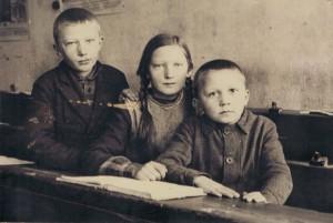Irmgard Kaiser mit ihren Brüdern in der Dorfschule